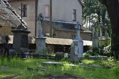 Cmentarz przy zabytkowym kościele z XVIII w. - nasze wspólne dziedzictwo